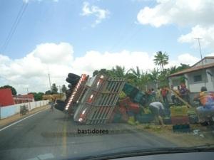 Monte Alegre/RN: Caminhão carregado de banana tomba em rodovia