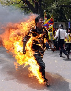 Tibetano ateia fogo no corpo contra visita de presidente chinês à Índia