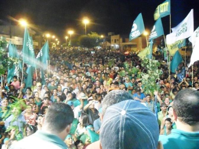 Arrastão Bacurau em plena quinta-feira leva grande multidão ao centro da cidade
